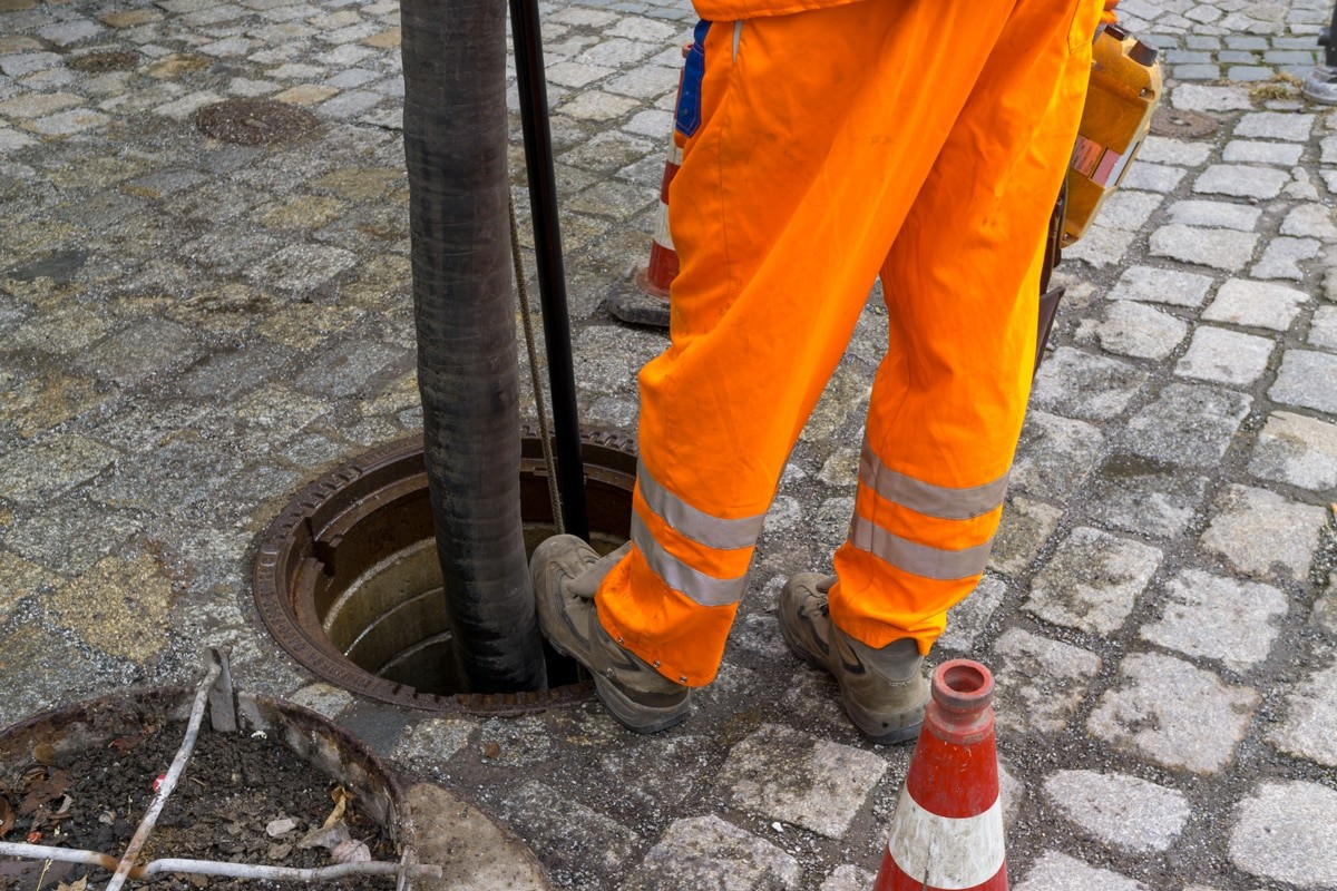 Septic tank cleaner-San Diego Septic Tank Repair, Installation, & Pumping Service Pros-We do septic tank pumping, tank repairs, septic tank installations, 24/7 emergency septic services, septic tank replacement, inspections, drain cleaning, high velocity water jetting, septic system cleaning, pump-outs, septic tank maintenance, and more